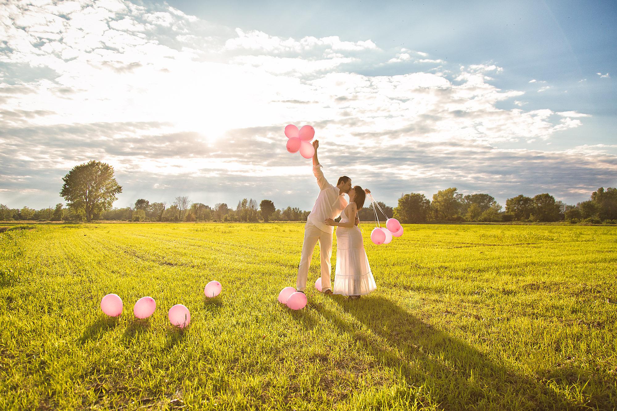 white-memories-coppia-innamorata-palloncini
